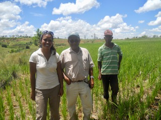Miora sur le terrain avec l'agronome Narcisse Moussa et Mr Ernest, agriculteur dans la région du Vakinankaratra